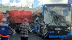 В Москве грузовик врезался в рейсовый автобус