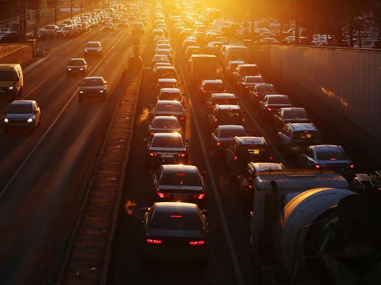 Член комитета Госдумы по госстроительству и законодательству Вячеслав Лысаков считает, что водителей, допускающих медленную езду в левом ряду на автодорогах, необходимо активнее наказывать