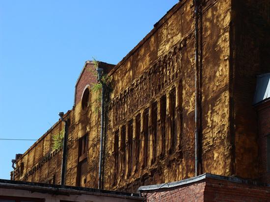 Здание было построено в начале 20 века, позже там начали выпускать мороженое