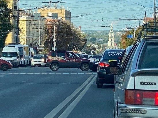 Из-за ДТП с участием автомобиля тульского телеканала собралась пробка на проспекте Ленина