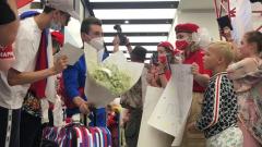 Прилетевших из Токио гимнастов встретили с цветами и плакатами