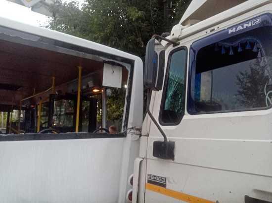 Грузовик врезался в пассажирский автобус в Екатеринбурге