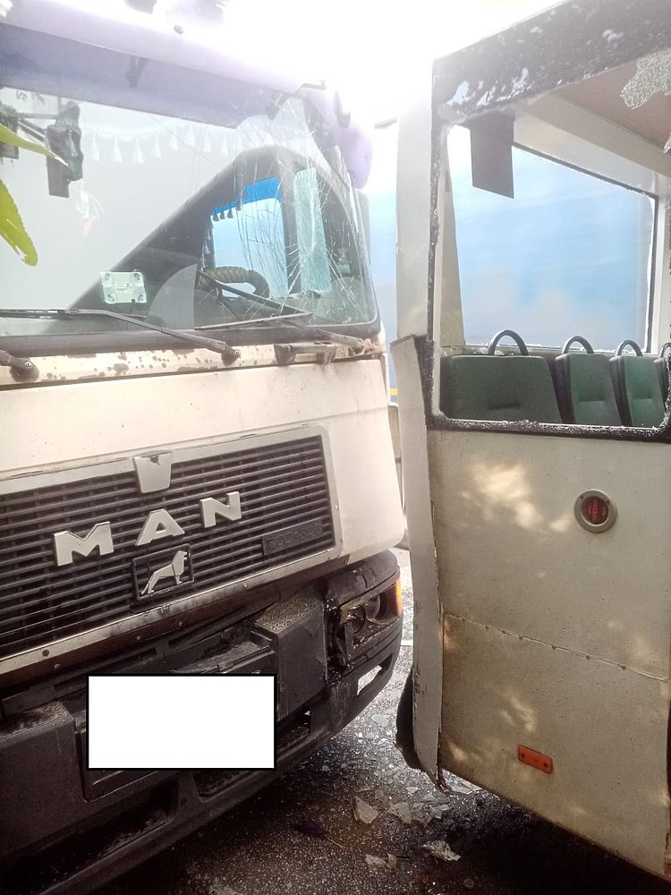 Грузовик МАН врезался в пассажирский автобус в Екатеринбурге