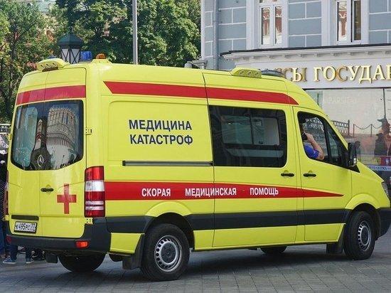 Telegram-канал Mash опубликовал видео с улицы Шумилова в Москве, где произошел инцидент с падением трехлетнего ребенка с пятого этажа многоквартирного дома