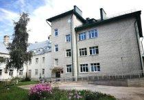 Помощник президента и губернатор Псковской области посетили больницу в Печорах