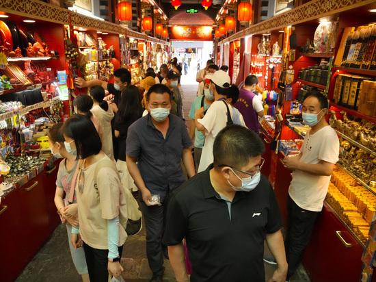 Власти китайского города уверяют, что у них достаточно средств для борьбы с вирусом
