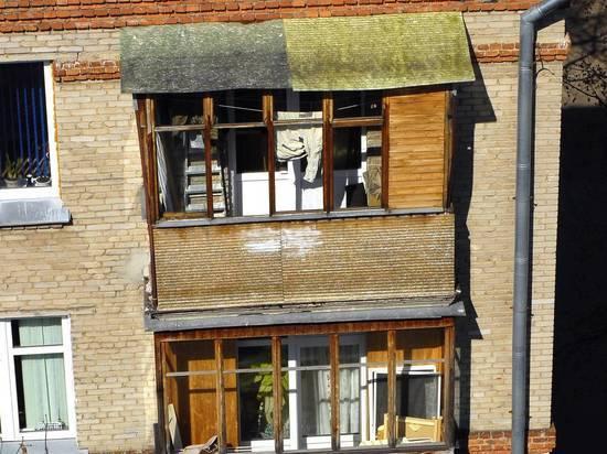 Жительница Екатеринбурга спрыгнула с балкона с ребенком на глазах полиции