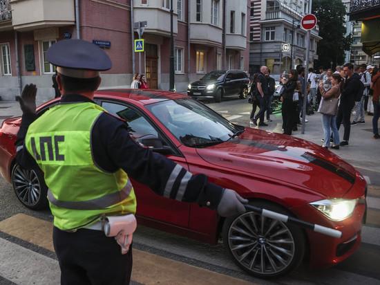 Недавно стало известно, что в этом году ГИБДД стало активнее использовать скрытое патрулирование: сотрудники дорожной полиции в гражданских автомобилях фиксируют непристегнутые ремни, использование телефона за рулем и другие правонарушения — кроме превышения скорости, где нужна статичная точка измерения