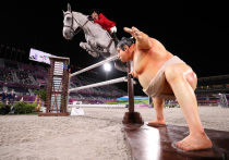 На олимпийских соревнованиях по конкуру лошади испугались борца сумо