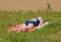 """Летом псковичи традиционно собираются на пляж, чтобы позагорать, поиграть в волейбол, а также искупаться в речке. Региональный Роспотребнадзор в очередной раз установил запрет на купание в реке Великой, поскольку в воде нашли условно-патогенную микрофлору. Почему заражённая вода не останавливает отдыхающих псковичей? И с чем связаны загрязнения? Разбирался """"МК в Пскове""""."""