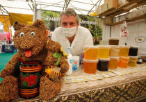 А вы знали, что человечество познакомилось с медом в VIII тысячелетии до нашей эры? И за всю историю существования любимого всеми сладкого и полезного лакомства его насчитывается уже несколько сотен видов: светлый, темный, фруктовый, цветочный и кремовый