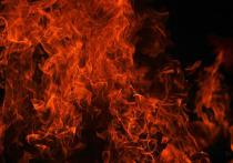 Горит первый этаж: спасатели рассказали подробности о пожаре в аварийке Ноябрьска