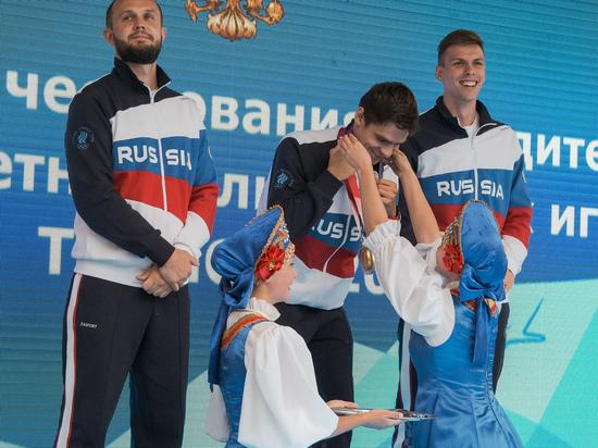 Национальный гимн и триколор спортсменам подарили на родине