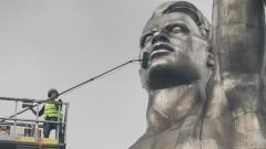 """Прохожие сняли как моют огромный монумент """"Рабочий и колхозница"""""""