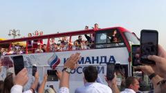 Российских гандболисток встречали на Красной площади мужья и сотни фанатов