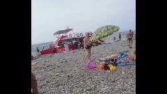 В Сочи волны выкинули на пляж прогулочный катер: видео