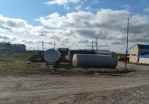 Бочки воняют и могут взорваться: на огромные емкости с бензином рядом с домами жалуются жители Сеяхи