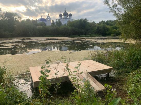 В Кирове на берегу озера самовольно установили пирс