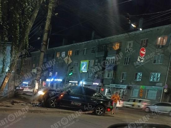 В центре Курска иномарка врезалась в столб