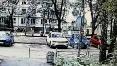 В Москве камера сняла на видео, как женщина оставила младенца на улице
