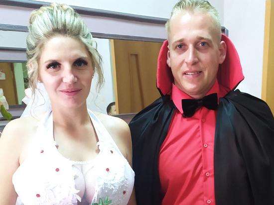 В Железногорске Курской области жених и невеста посетили ЗАГС в костюмах вампиров