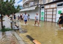 Отдыхающие бегут из Анапы, спасаясь от ливней: ФОТО