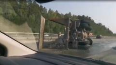 На подъезде к ЕКАД перевернулся КАМАЗ со скальным грунтом