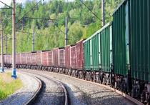 В Ленобласти легковая Lada не поделила дорожный переезд с товарным поездом