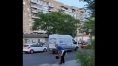 В Астрахани сливают помои на проезжую часть