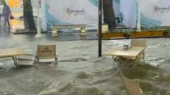 Мощный ливень затопил центр Геленджика: рестораны поплыли
