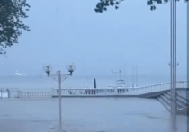 Из-за залпового ливня в Геленджике включили сиренно-речевые установки и обесточили центр города
