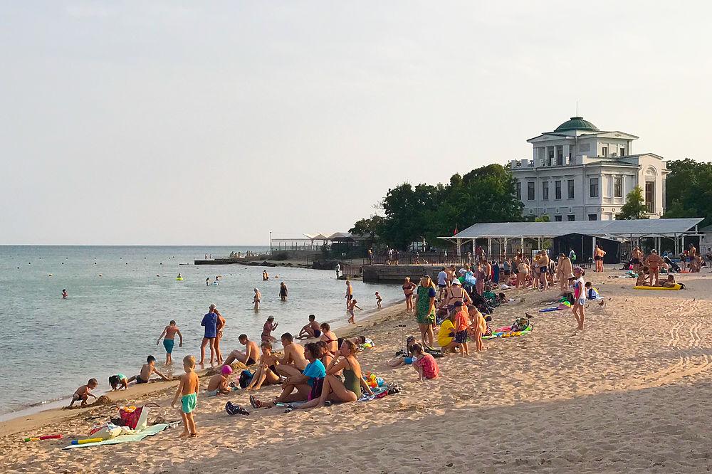 Как проходит курортный сезон в Евпатории-2021: пляжи, цены, виды