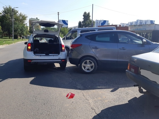 В Курске машина повредила три припаркованных авто