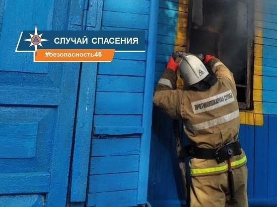 Жительницы Конышевского района спасли из огня соседа