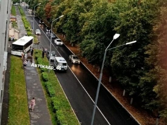 В курском Курчатове автобус выехал на тротуар