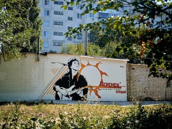 В Курске на гараже на улице Орловской изобразили портрет Виктора Цоя