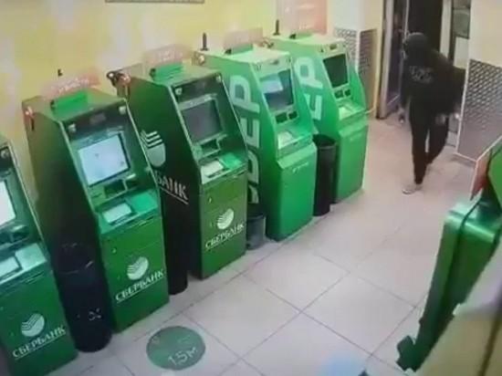 Сделать на банкомате: мошенники стали воровать деньги с Apple и Google Pay