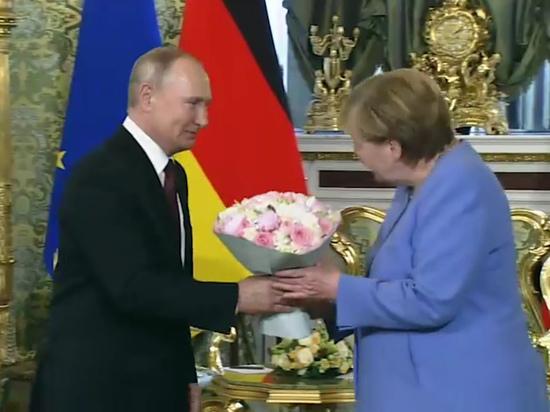 "Меркель назвала Путина ""дорогим Владимиром"""
