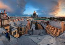 Жители домов в центре Санкт-Петербурга жалуются, что им буквально ходят по головам сотни человек, которые рвутся на «экскурсии по крышам»