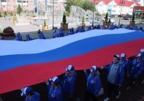 Волонтеры пронесли огромный российский флаг по улицам Салехарда