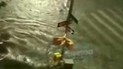 """Из-за урагана """"Генри"""" улицы Нью-Йорка затопило: очевидцы сняли видео стихии"""