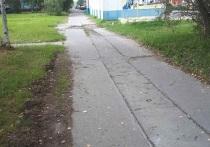 Добираться на коляске до ЦРБ сплошное мучение: на убитый тротуар жалуются жители Надыма
