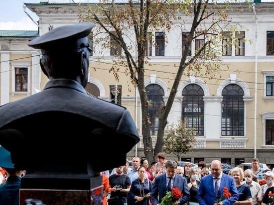 В Курске на улице Ленина открыли бюст-памятник Герою Советского Союза Михаилу Булатову