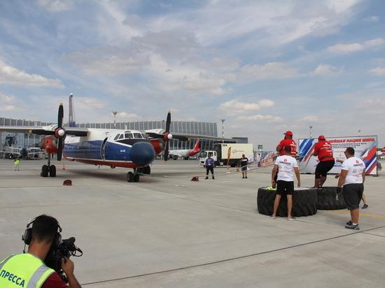 Два силача передвинули 22-тонный самолет в аэропорту Симферополя