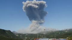 На Курилах вулкан Эбеко выбросил гигантский столб пепла: красивые кадры