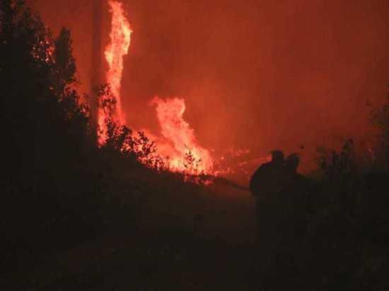На границе Нижегородской области пожарные вырвались из огненного кольца