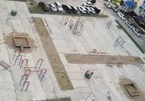Часть двора отдали детсаду, а перенесенное игровое оборудование не закрепили: за безопасность детей на площадке волнуются жители Салехарда