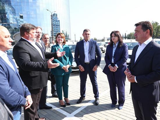 Губернатор Андрей Воробьев передал подмосковным медикам 101 новый автомобиль неотложной помощи