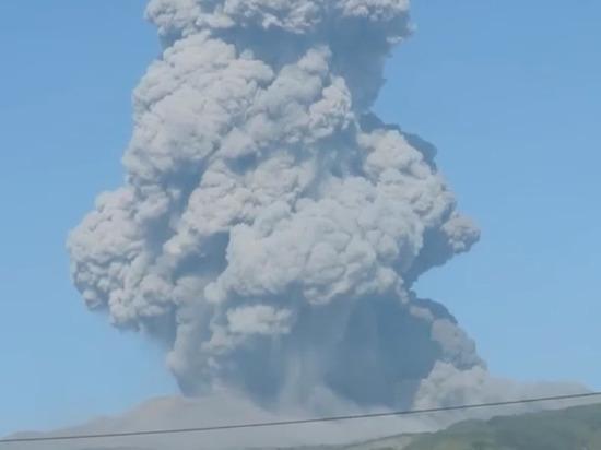 Впечатляющий выброс вулкана Эбеко запечатлел курильчанин
