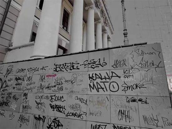 Вандалы изрисовали крыльцо и лавочку в центре города